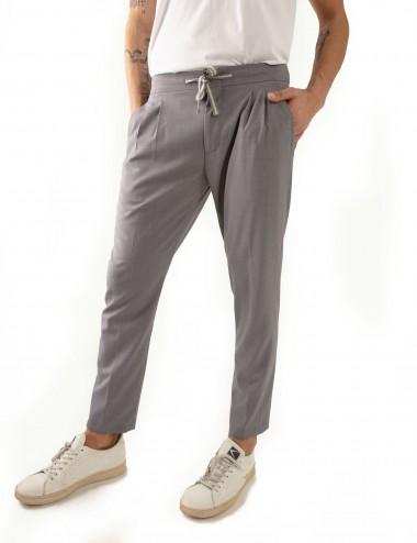 Pantaloni Ali mod.Partenope n.25 grigio  con doppia pinces indossato dettaglio frontale
