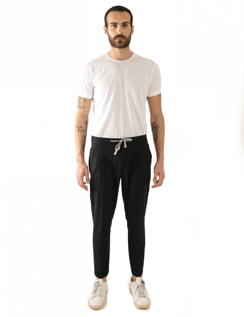 Pantaloni Ali mod.Partenope n.25 nero  con doppia pinces indossato frontale