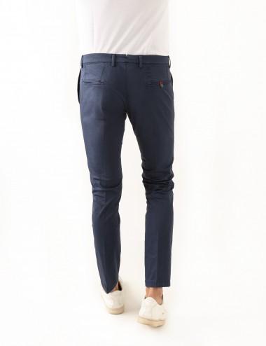 Pantaloni Raso mod.Chiaia N03 blu indossato dettaglio retro