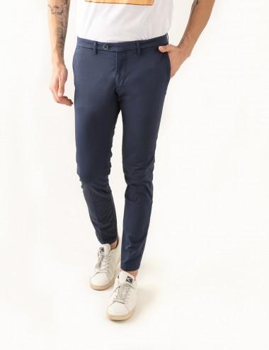 Pantaloni Raso mod.Chiaia N03 blu indossato dettaglio frontale