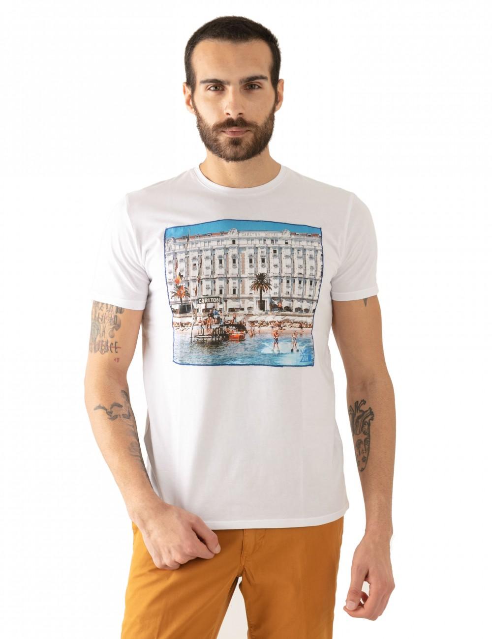 "T-shirt ""CARL"" bianca stampa Cannes in mussola di cotone indossata dettaglio frontale"