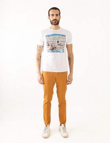 "T-shirt ""CARL"" bianca stampa Cannes in mussola di cotone indossata frontale"