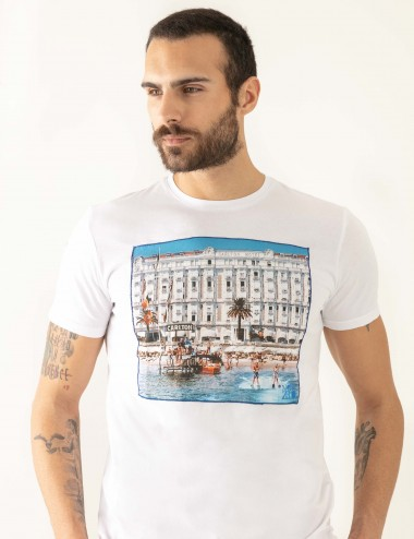 "T-shirt ""CARL"" bianca stampa Cannes in mussola di cotone indossata primo piano frontale"