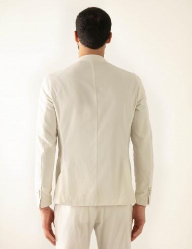 "Giacca monopetto sabbia VAB mod. ""Nisida"" in cotone ultra-light indossata retro"