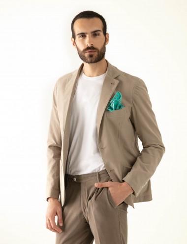 "Giacca monopetto beige VAB mod. ""Nisida"" in cotone ultra-light indossata sbottonata"